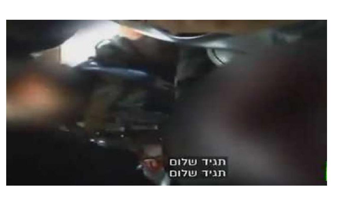 شاهد بالفيديو : عملية تعذيب وحشي لرجل فلسطيني وابنه من قبل 5 جنود إسرائيليون ويحتفلون بعد تهشيم وجهيهما