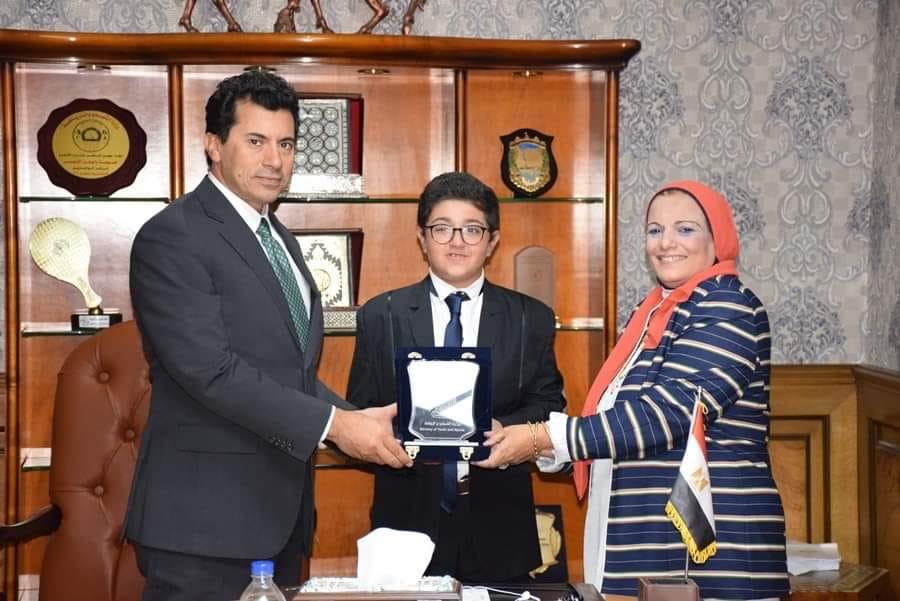 وزير الشباب يكرم رئيس نموذج محاكاة البرلمان المصري