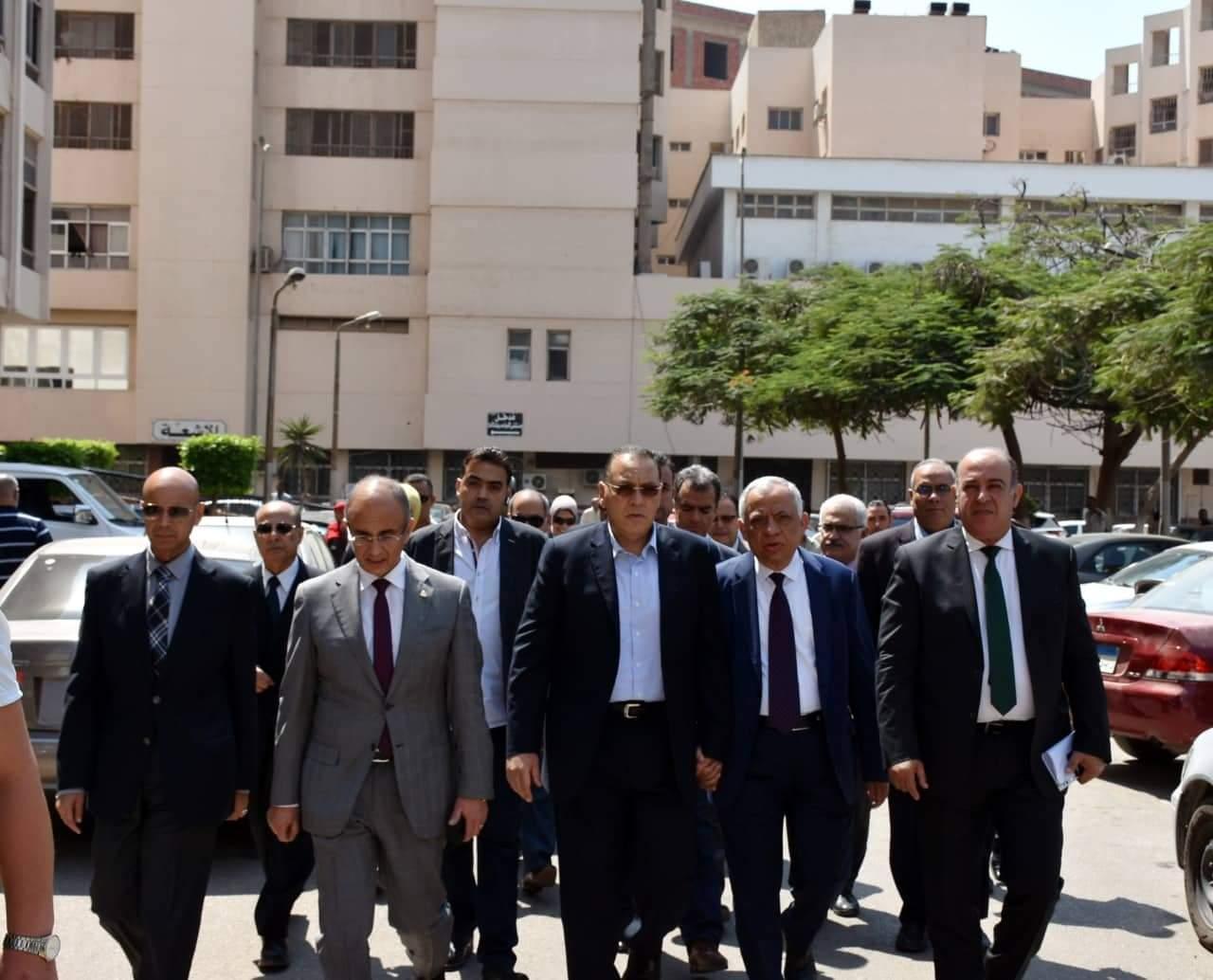 رئيس جامعة الزقازيق يتفقد سير العمل بعيادة الرمد