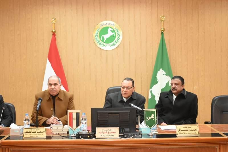 محافظ الشرقية يجتمع بعدد من أهالي مركزي أبو حماد والحسينية لتقنين حالات وضع اليد على أراضي أملاك الدولة