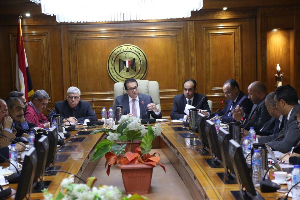 وزير التعليم العالي والبحث العلمي يستعرض الالتزام بالبرنامج الزمنى لتنفيذ خطة الوزارة