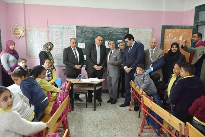 محافظ الشرقية يتابع سير العملية التعليمية بمدرسة طلبة عويضة الابتدائية بالزقازيق