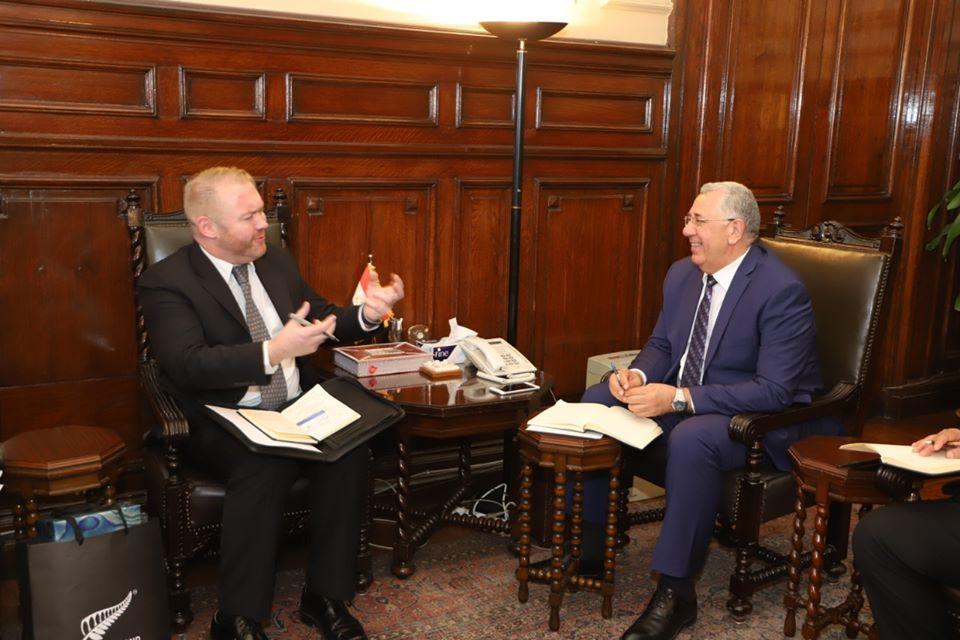 وزير الزراعة يبحث مع السفير النيوزيلندي بالقاهرة تكثيف سبل التعاون بين البلدين