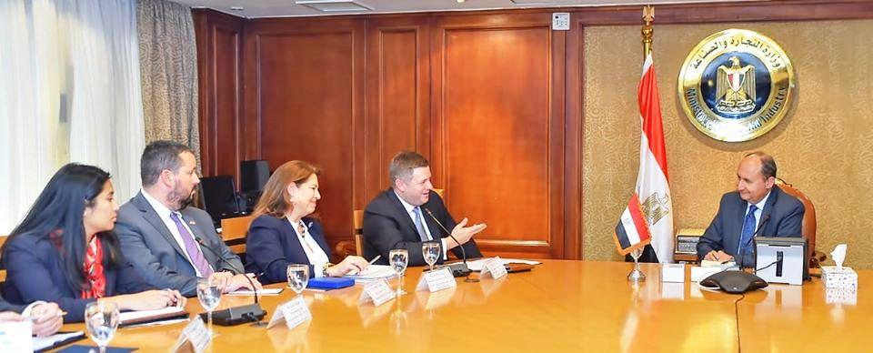 وزير التجارة والصناعة يبحث مع وفد حكومي أمريكى تعزيز التعاون الإقتصادى المشترك بين البلدين